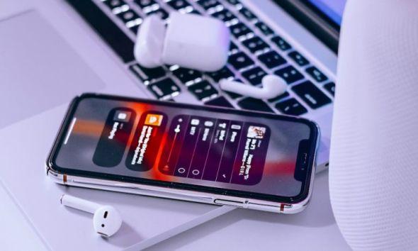 كيف تجعل الإيربودز تتصل بالآي-فون أوتوماتيكيًا بعد إنهاء اتصالها مع جهاز آخر
