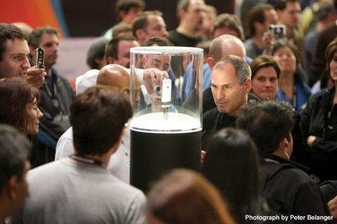 Steve Jobs admirando el iPhone