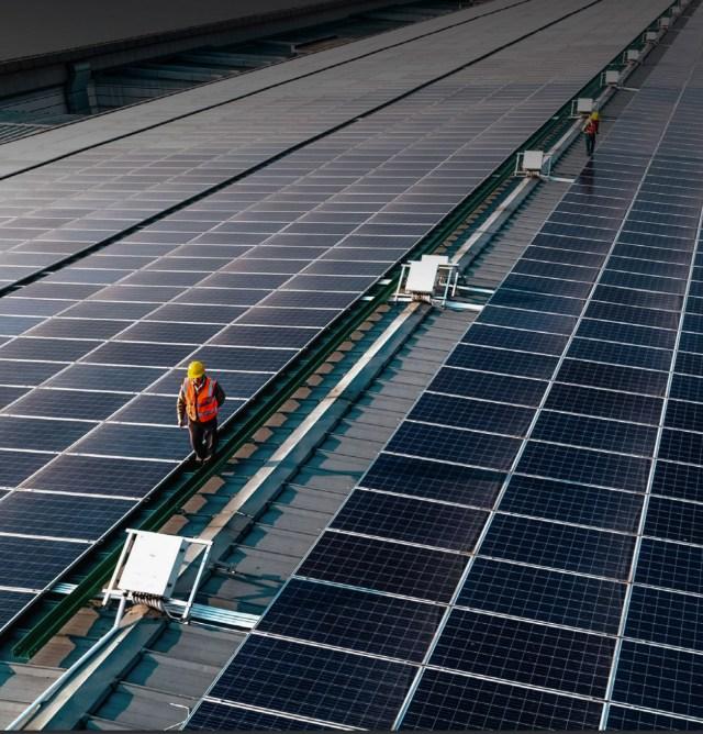 Paneles solares de una fábrica de Compal