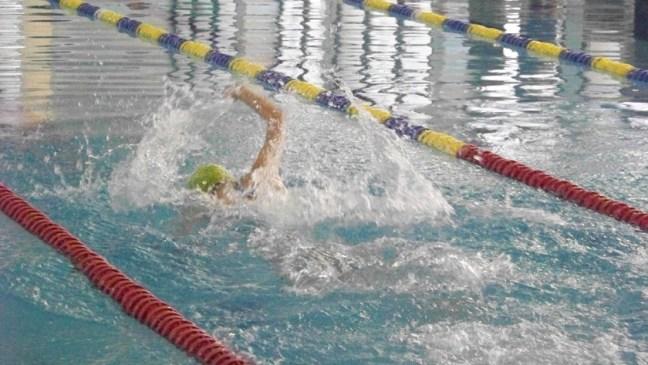 pływak na basenie