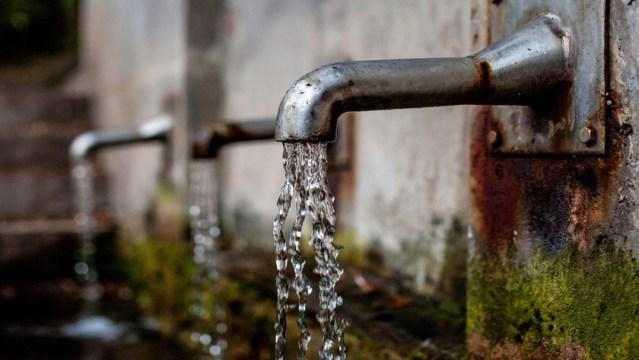 kran z cieknącą wodą