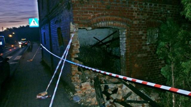 ściana zniszczona przez samochód