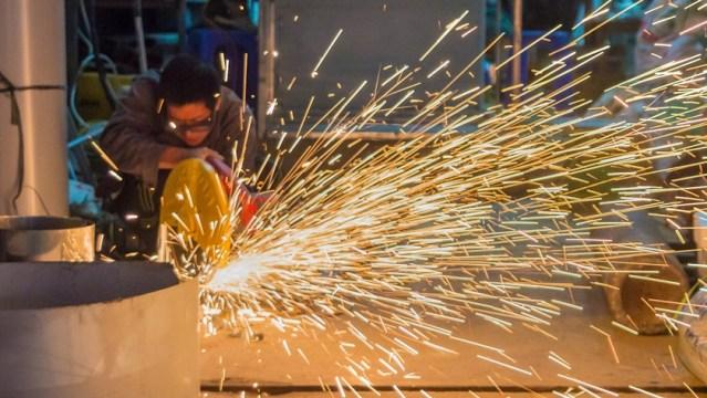robotnik ze szlifierką przy pracy