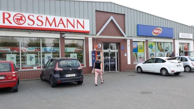 wejście do sklepów Rossmann i Pepco