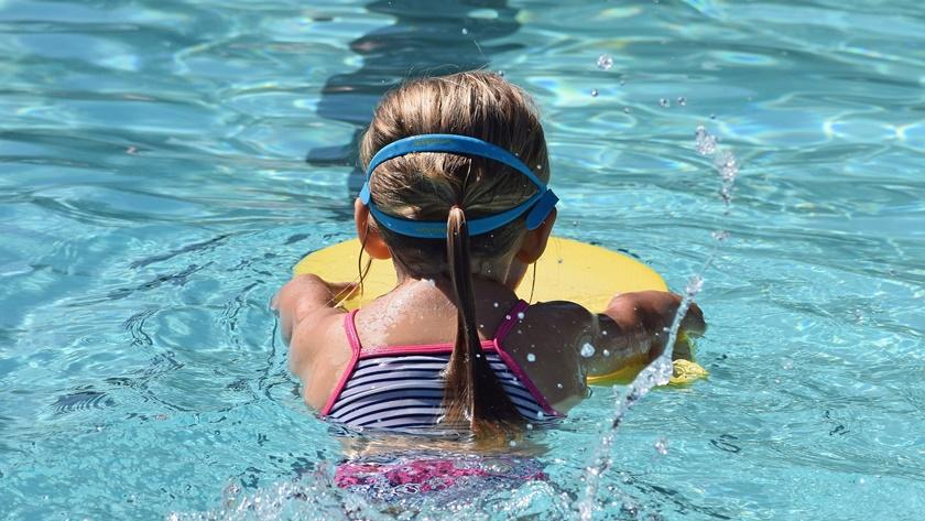 młoda pływaczka w basenie