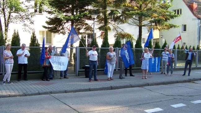 demonstranci przed sądem w Policach