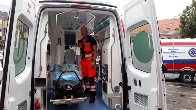 ratownik medyczny w karetce pogotowia