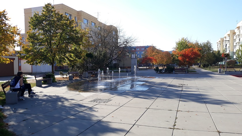skwer z fontannami jesienią