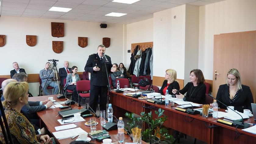 komendant straży pożarnej Marek Gendek na sesji rady powiatu