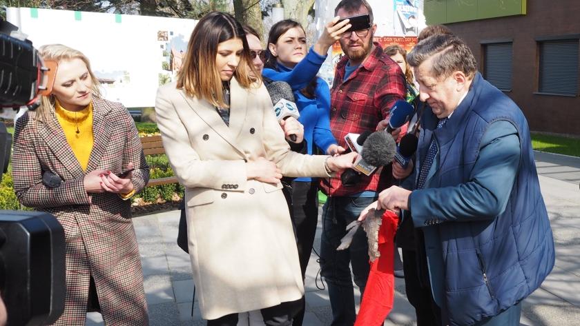 burmistrz pokazuje odłamki bomby