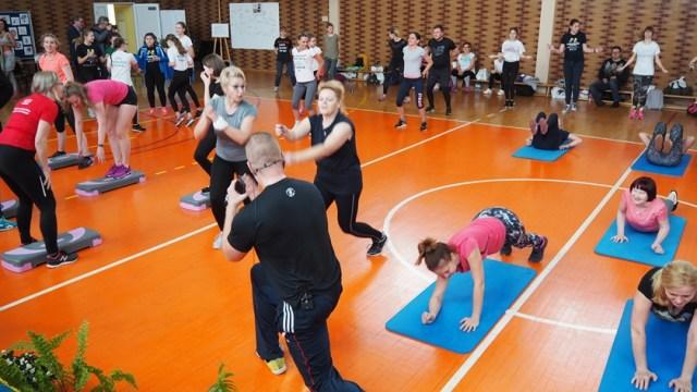 trener pokazuje ćwiczenia
