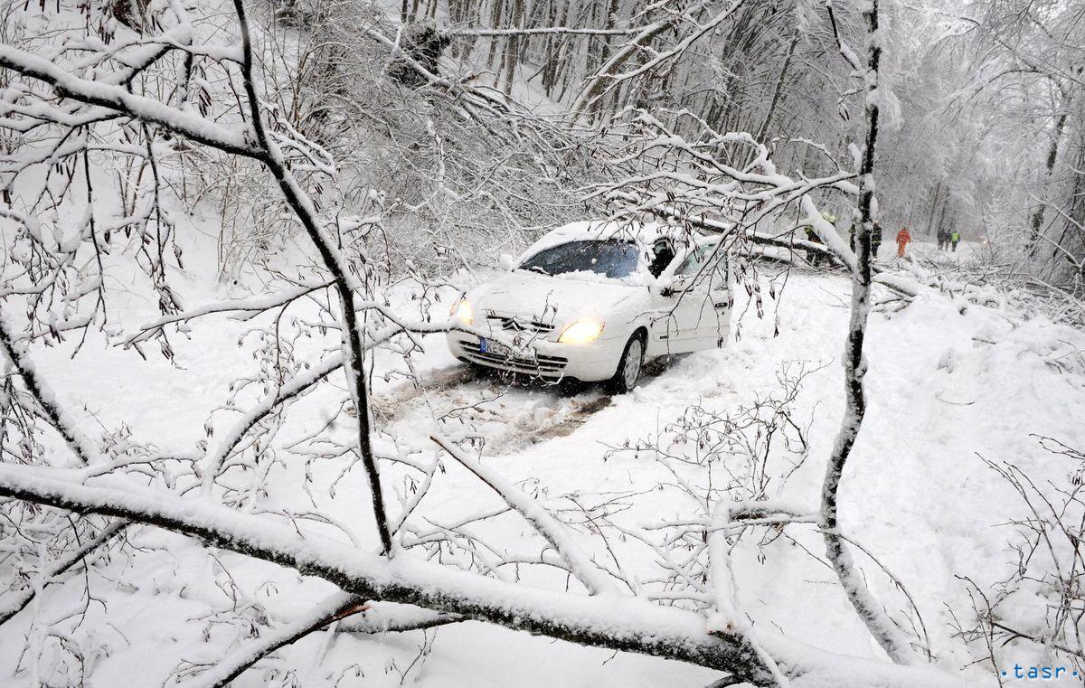 Neprejazdná cesta z Košíc do Zlatej Idky kvôlipopadaným stromom.