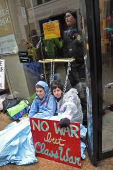 Protesters chained themselves to the door of the Wells Fargo Bank in San Francisco's financial district. / Credit:Judith Scherr/IPS