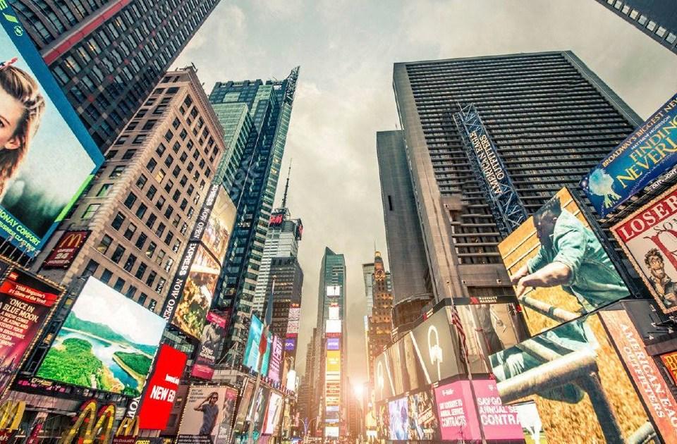Calle de Nueva York con muchos carteles publicitarios en sus fachadas, unos tradicionales y otros digitales.