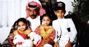 مع-ابناءه