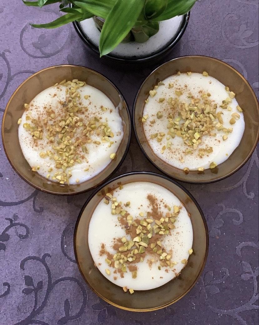 Ferni : pudding de riz iranien à l'eau de rose