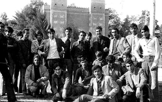 صورة نادرة للدكتور سامي سعيد الأحمد مع طلبته في سنة 1974، من أرشيف الدكتور عبد الرضا الساعدي.
