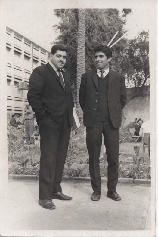 في ساحة الكلية الطبية عام 1966 مع الدكتور زياد عبد الجبار (على اليمين)