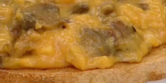 Tosta-de-champinones-con-cremoso-de-huevo-Recetas-Faciles-650x325