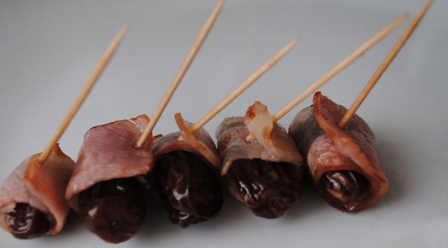 datiles con bacon y almendras
