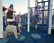 Dzieciaki na placu zabaw.