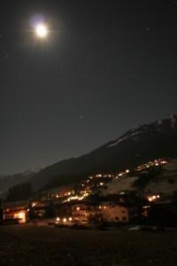 Bergdorp Oostenrijk bij nacht