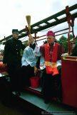 30.07.2000.TYCHY.ARCYBISKUP DAMIAN ZIMON SWIECI SAMOCHODY POD KOSCIOLEM SW. KRZYSZTOFA. FOTO IRENEUSZ KAZMIERCZAK.