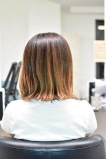 カラーダメージヘアの女性
