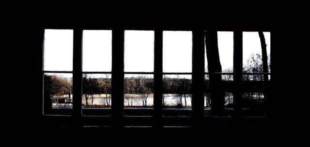 Blick durch das Wohnzimmerfenster auf den See