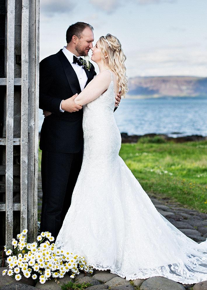 Brúðhjón í Gróttu með Esju í bakgrunni