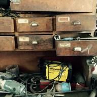 Holzladen, aus denen Werkzeug quillt