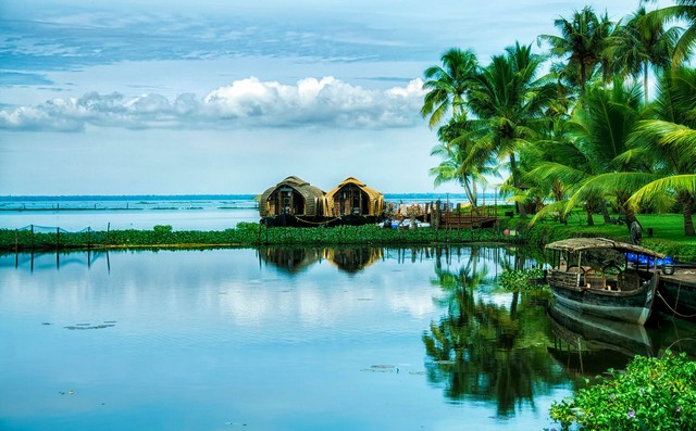 Kumarakom gives you experiences like relaxing while  sipping on tender coconut water, tasting some authentic Kerala food and experiencing the warmth of fresh air.