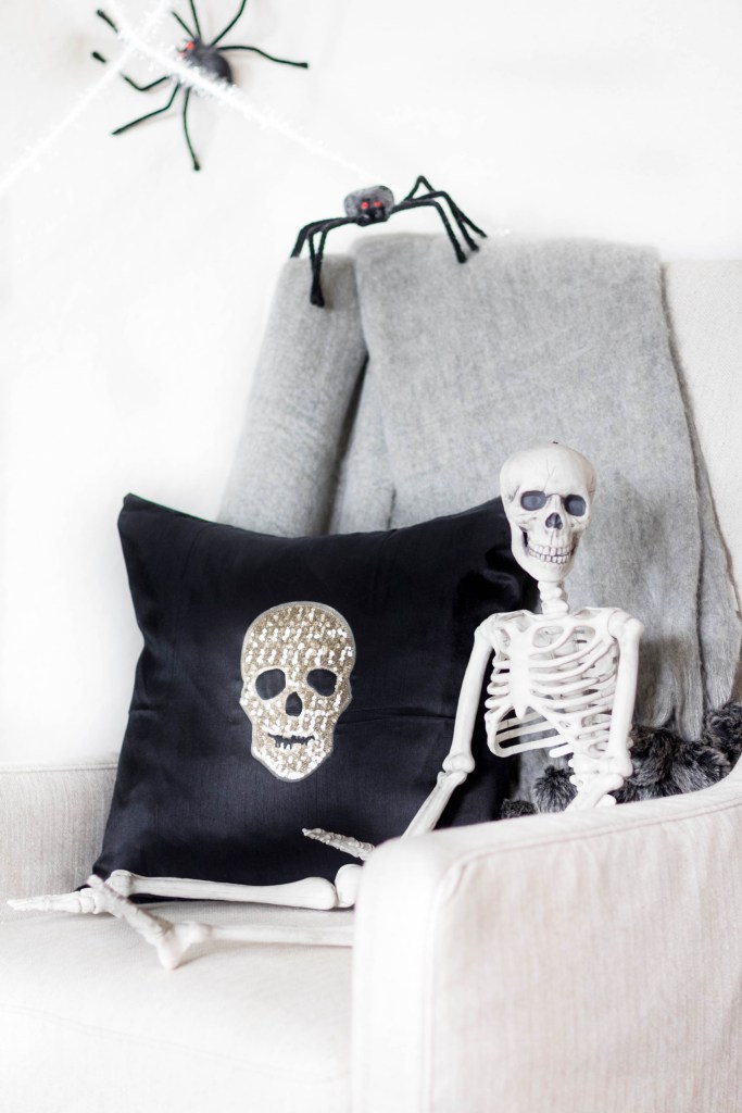 glam-diy-halloween-throw-pillow-irisnacole-com-style