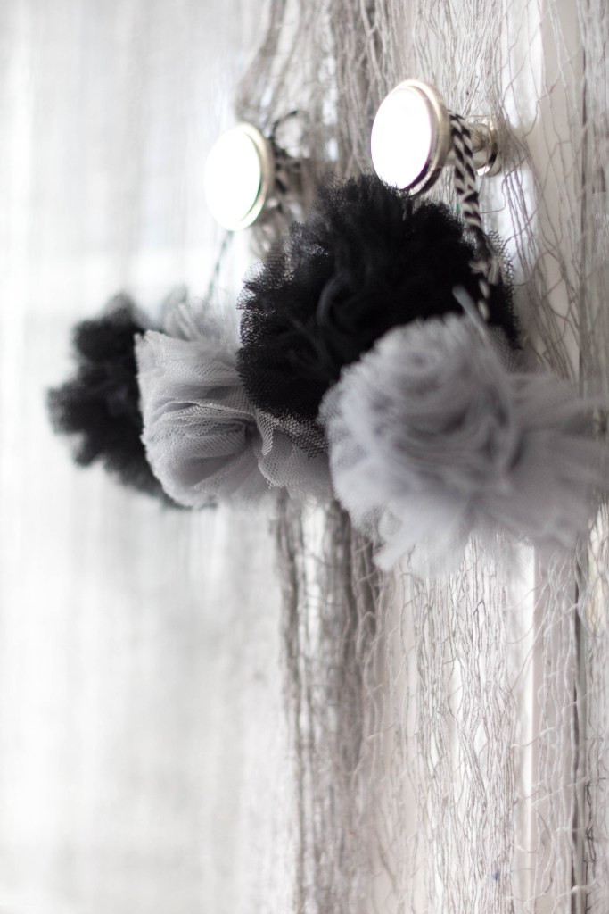 halloween-decor-home-tour-irisnacole-com-pom-pom