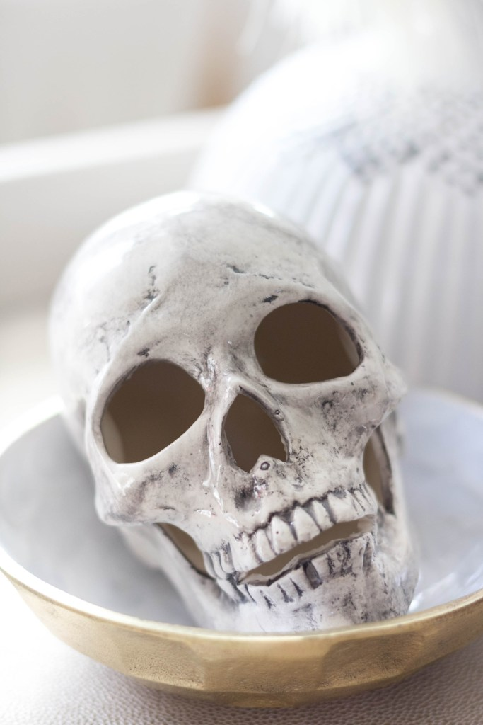 halloween-decor-home-tour-irisnacole-com-skull