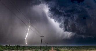 Popularny kierunek urlopowy nawiedzony tornadami i burzami. Lotniska zamknięte [WIDEO]