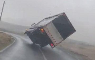 Silny wiatr dosłownie zdmuchnął ciężarówkę z drogi! [WIDEO]
