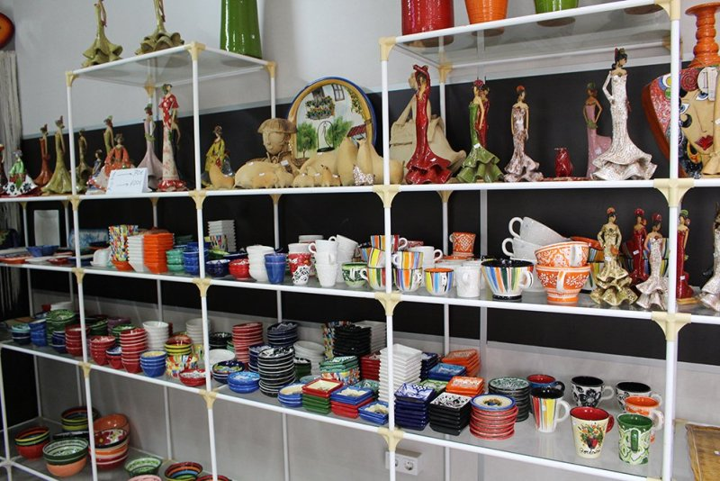 3 weeks of solo travel in Spain: 3 days in Cordoba | Ceramic art in the shop
