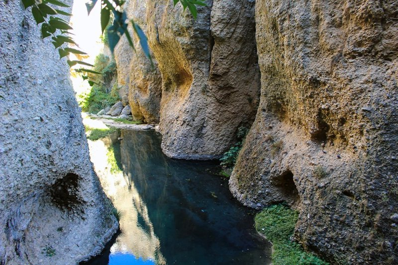 3 weeks of solo travel in Spain, Part 5: 1 day trip to Ronda | At the bottom of the gorge