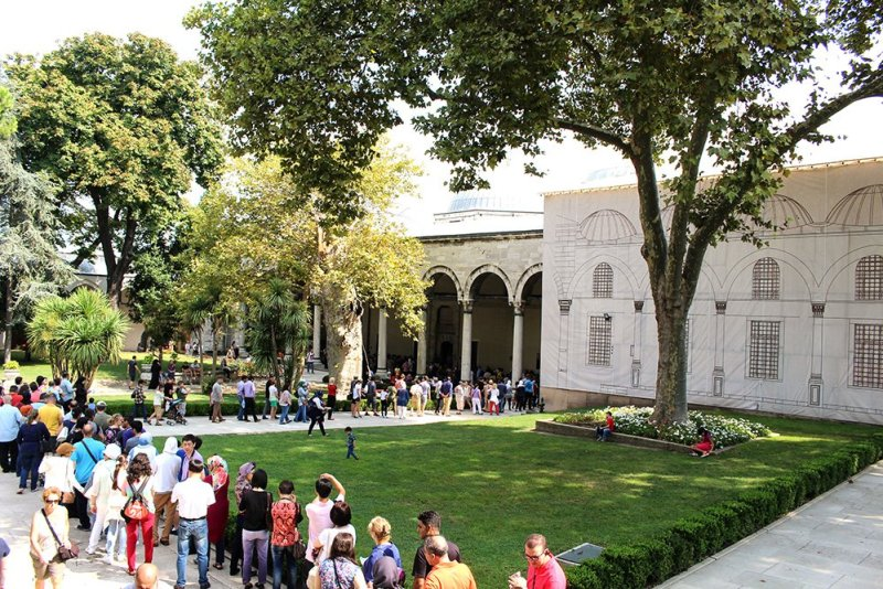 20 useful travel tips for Istanbul | Queue for the Treasury inside Topkapi Palace