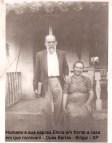 Humano e sua esposa Elena em frente a casa que moravam - Duas Barras