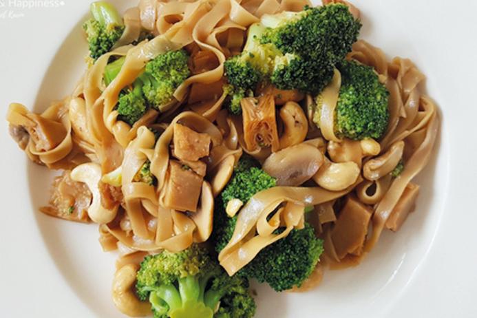 Noedels met broccoli en veggie kipstukjes
