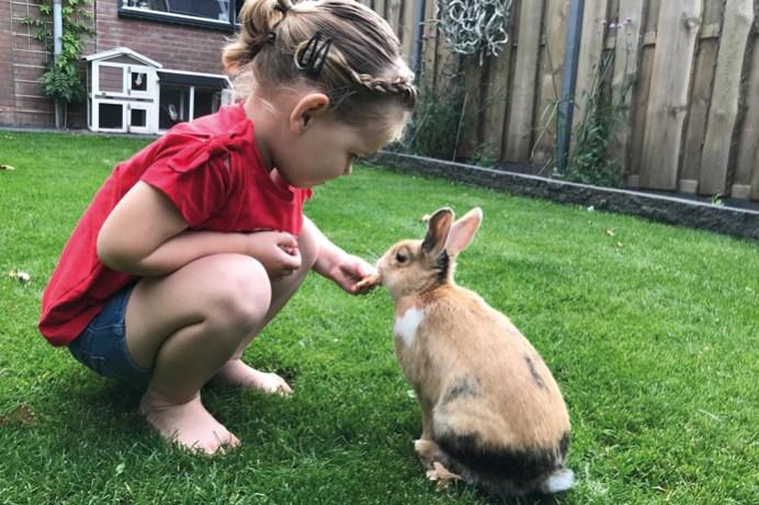 Nina met konijn