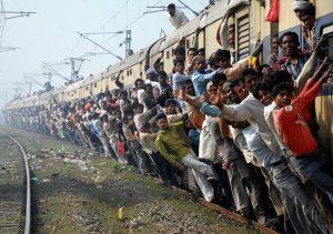 インド人口世界2位満員電車