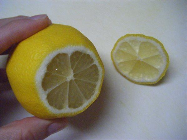 レモンをカット