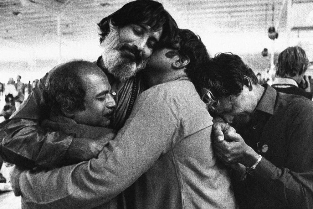 Swami Bhagwan felizes se abraçando