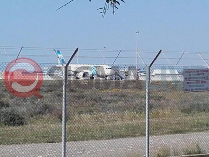 pasajeros descienden de avion secuestrado
