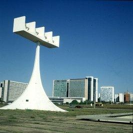 brasilia-vor-kirche