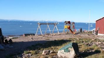 groenland-spielplatz vor Eiskulisse 2007