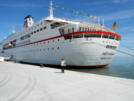 Traumschiff am Pier in Lissabon